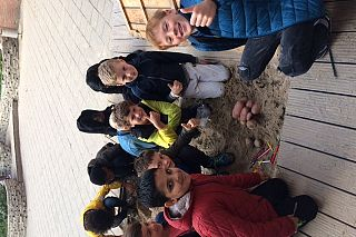 Hunebedden bouwen van aardappels, met \'boomstammen\' waarop ze kunnen rollen.
